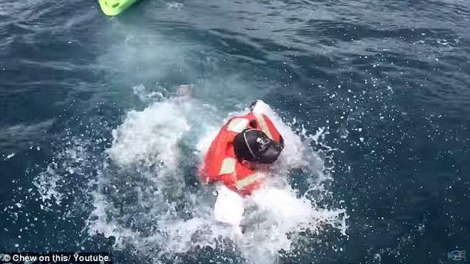 Sau một hồi chống cự, chiếc thuyền của Ben đã lật nhào.