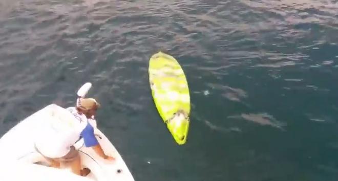 Ben kịp chạy thoát trước khi con cá mập lao tới cắn anh.
