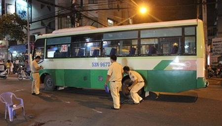 Say men, hai thanh niên tông xe buýt rồi bất tỉnh