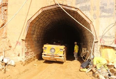 Lực lượng cứu hộ nỗ lực từ phía cửa hầm chính (Ảnh: Viết Hảo)