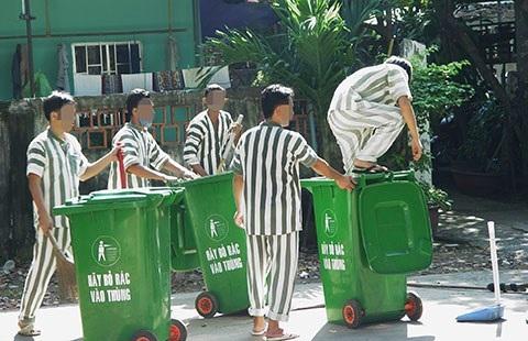 Các phạm nhân đang làm vệ sinh tại trại tạm giam Chí Hòa, TP.HCM.
