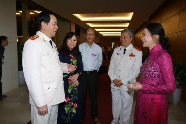 Bộ trưởng Trần Đại Quang trao đổi với các đại biểu bên lề kì họp Quốc hội