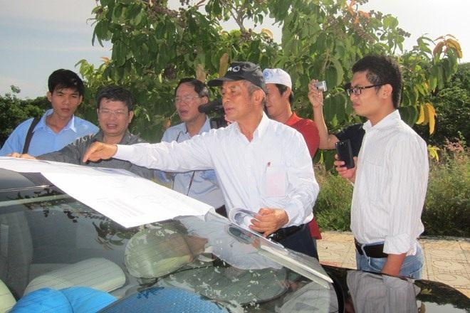 Chủ tịch Tổng LĐLĐVN Đặng Ngọc Tùng với các kiến trúc sư khảo sát xây dựng khu tưởng niệm. Ảnh: B.D