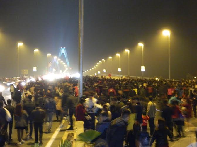 Người dân đứng trên cầu Nhật Tân tăng lên rất nhanh khi thời gian tiến dần về 0h
