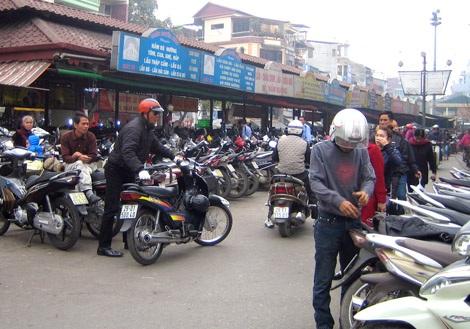 Chợ Đồng Xuân, một trong những điểm thường xuyên vi phạm về giá trông giữ xe.