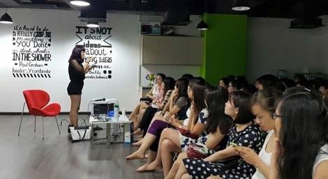 Một buổi lên lớp của tiến sĩ Phan Thị Huyền Trân.