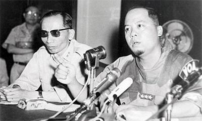 Tướng Nguyễn Khánh (bên phải) trong cuộc họp báo ngày 30-1-1964. Ảnh tư liệu