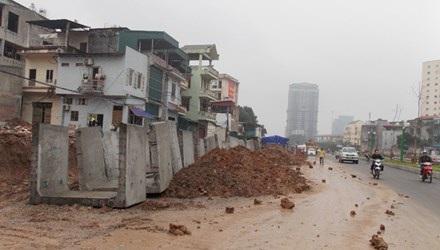 Đường nối Nguyễn Văn Huyên - Cầu Giấy chìm trong bùn đất, bê tông. Ảnh: Anh Trọng.