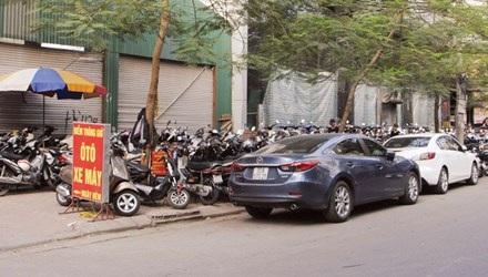 Điểm trông giữ xe trên phố Thái Phiên thường xuyên vi phạm quy định.