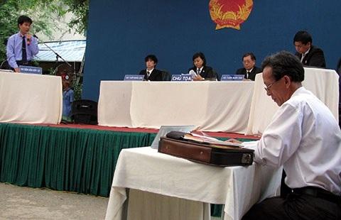Hiện nay, luật sư thường được bố trí chỗ ngồi thấp hơn kiểm sát viên . Ảnh minh họa: T.TÙNG
