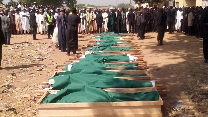 Thi thể các học sinh thiệt mạng trong vụ đánh bom.