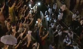 Người biểu tình đụng độ với cảnh sát vào đêm qua.