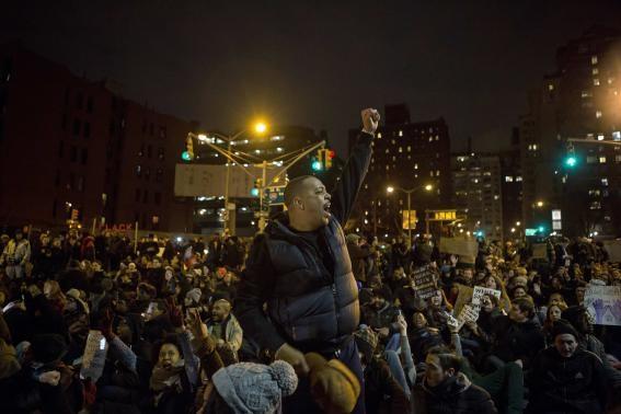 Nhiều người xuống đường biểu tình trong đêm bất chấp thời tiết giá lạnh.