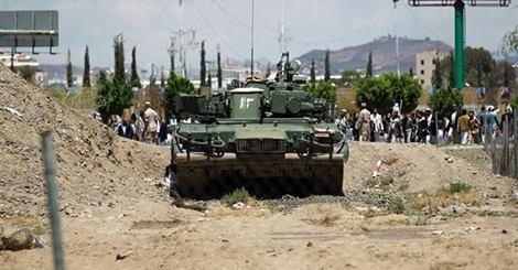 Xe tăng của Houthi án ngữ bên ngoài Dinh tổng thống ở thành phố Aden (Ảnh: