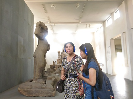 Du khách sử dụng và đánh giá tốt dịch vụ tiện ích mới ở Bảo tàng Chăm Đà Nẵng