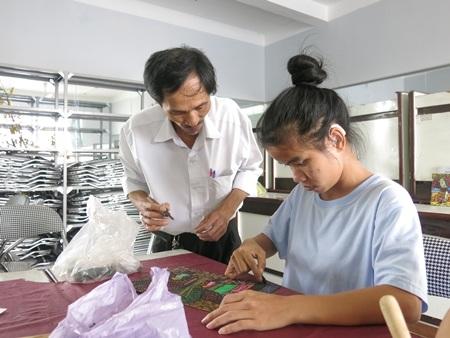 Thầy Đoàn Phi Hổ dạy học trò học vẽ