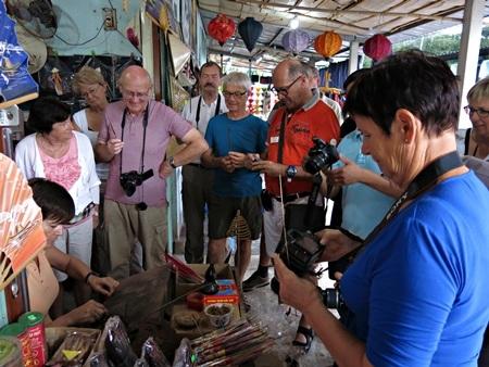 Du khách hào hứng với trải nghiệm làm nghề truyền thống ở làng hương trầm Huế