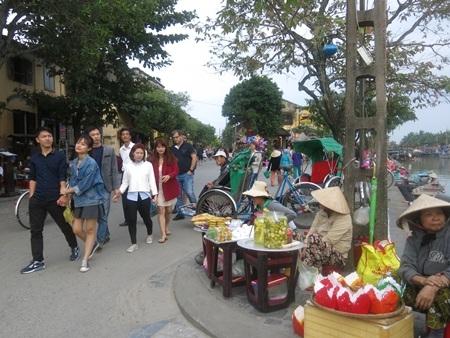Người dân và du khách náo nức đổ bộ về trung tâm phố cổ Hội An từ chiều sớm