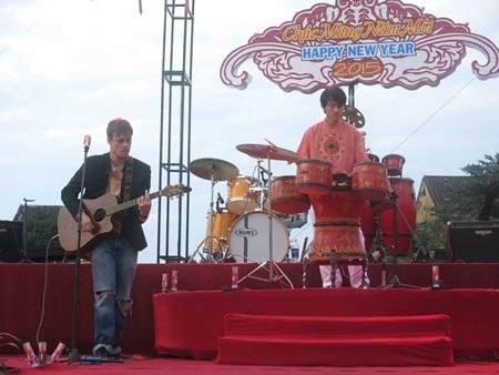Các ban nhạc biểu diễn từ chiều sớm