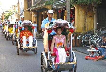 Đoàn xích lô hoa diễu hành qua các tuyến trung tâm phố cổ Hội An