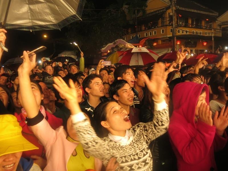 Người dân và du khách cùng vui trong dạ hội chào năm mới 2015 tại Hội An