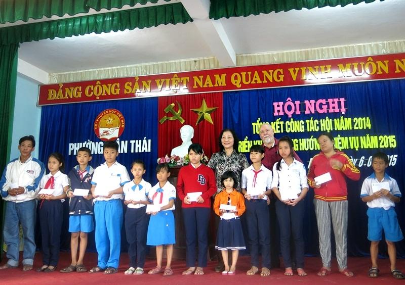 Hơn 30 suất học bổng vừa được trao đến các em học sinh nghèo ở phường Mân Thái, Đà Nẵng.