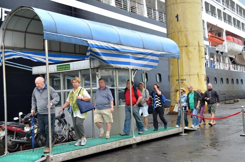 Đoàn du khách tàu biển quốc tế đầu tiên đến Đà Nẵng trong năm 2015