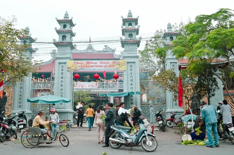 Mua bán lộc, muối đầu năm trước cổng chùa Pháp Lâm (Đà Nẵng)