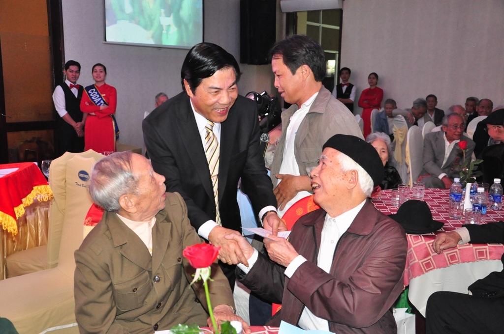 Ông Nguyễn Bá Thanh Thanh thăm hỏi sức khỏe các cán bộ cách mạng lão thành của Đà Nẵng
