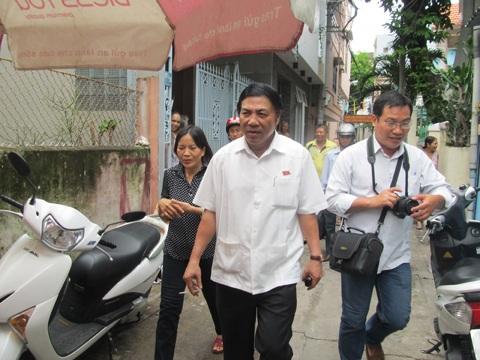 Ông Thanh trong một chuyến thăm khu dân cư ở Đà Nẵng