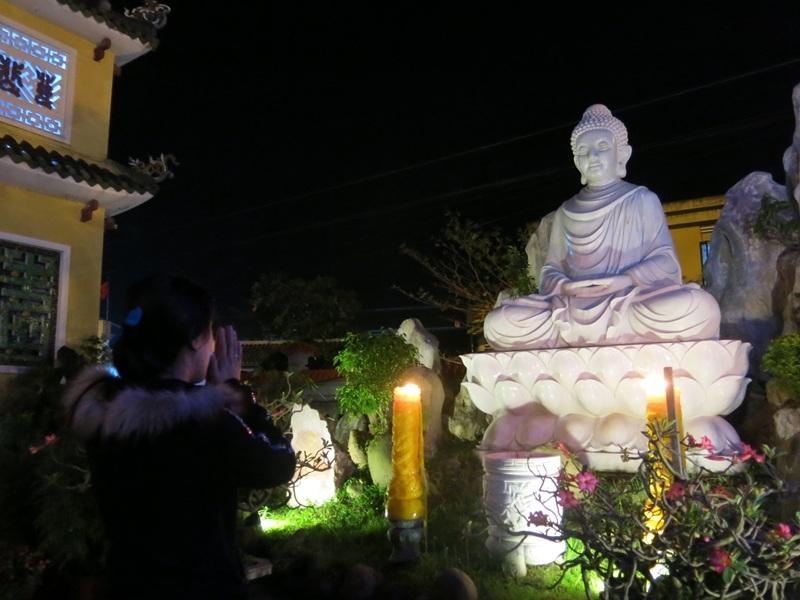 Cầu nguyện những điều tốt đẹp cho năm mới trong thời khắc đất trời giao hòa thiêng liêng