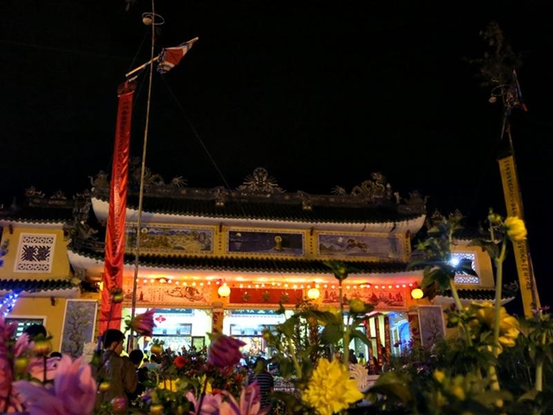 Các chùa ở trung tâm phố cổ đều dựng cây nêu đỏ trong ngày Tết