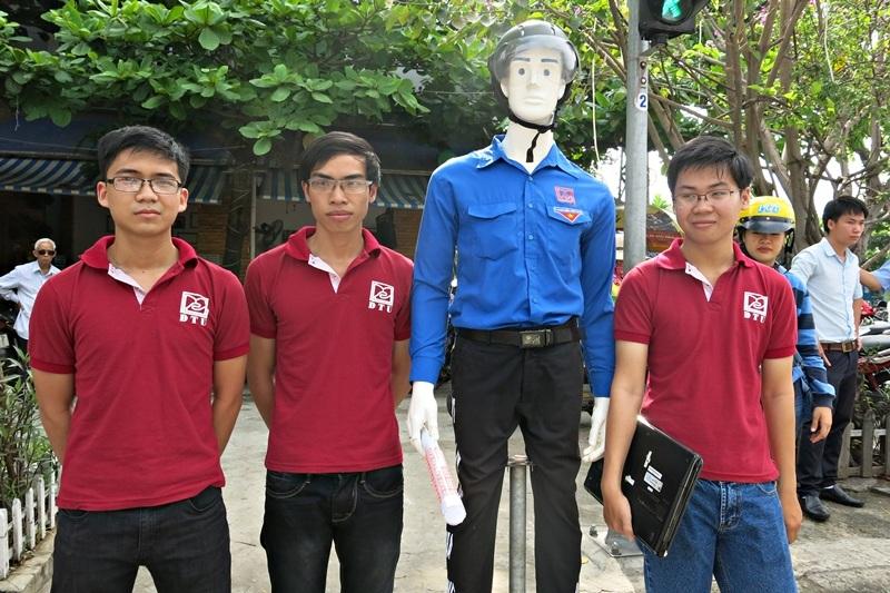 Nhóm SV chế tạo robot dẫn người qua đường.