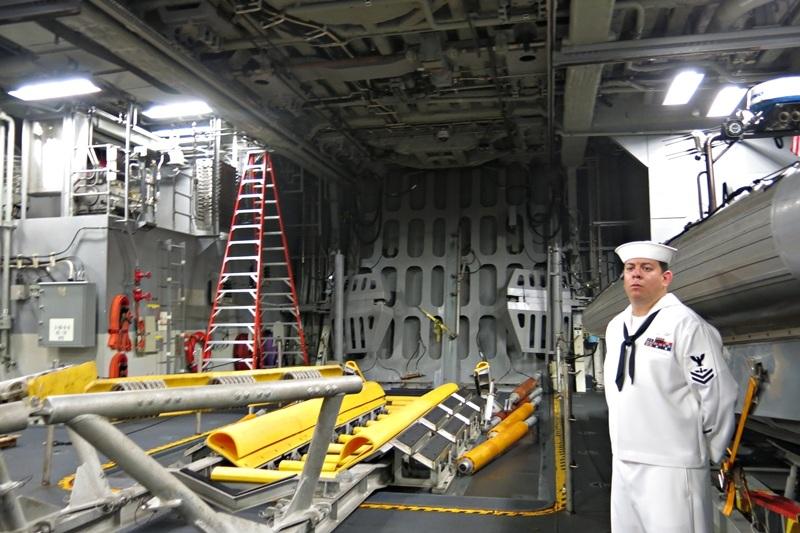 Khu vực đưa các tàu cứu hộ lên xuống tàu tác chiến gần bờ