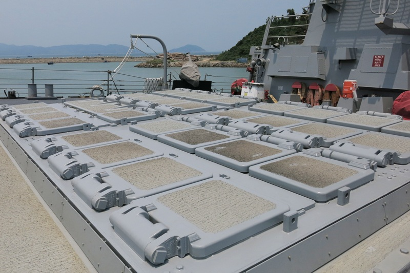 Bệ phóng tên lửa ở sân trước của tàu khu trục có tên lửa dẫn đường