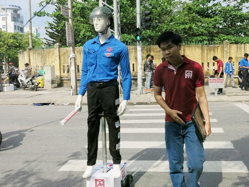 Robot tự động di chuyển và có thể dắt người sang đường khi có người cần.