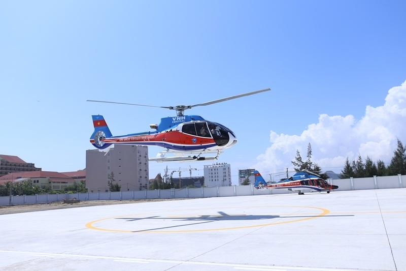 Trực thăng cất cánh tại Sân bay Nước Mặn đưa du khách tham quan toàn cảnh Đà Nẵng từ trên cao