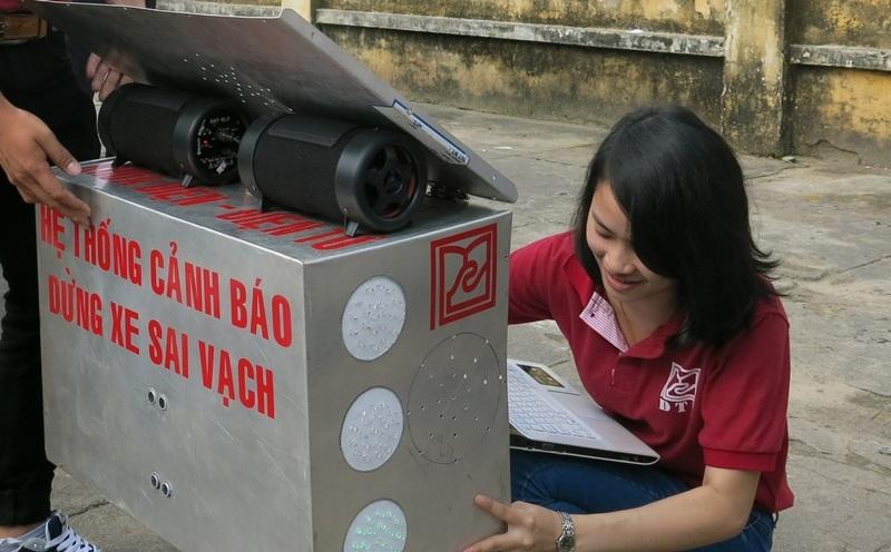 SV Quỳnh Hoa - một thành viên trong nhóm chế tạo hệ thống đang lắp đặt thử nghiệm hệ thống