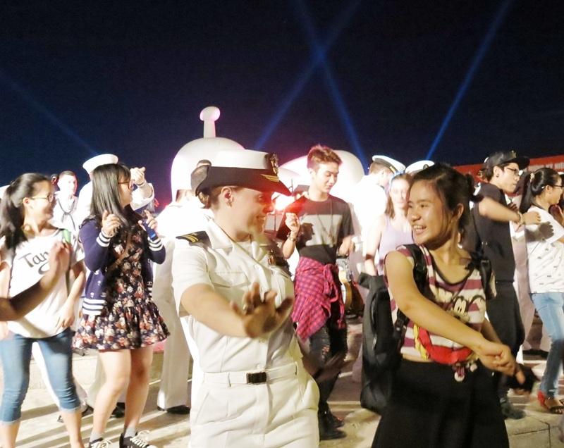 Người dân và du khách cùng giao lưu trình diễn với ban nhạc