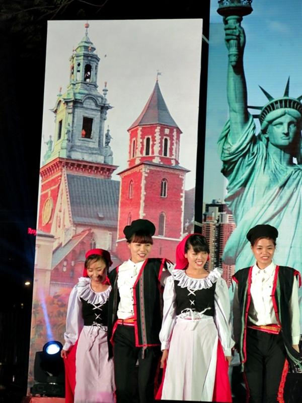 Các chương trình nghệ thuật đặc sắc được biểu diễn hàng đêm trong không gian lễ hội