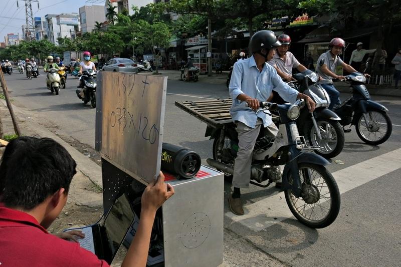 Hệ thống tự động phát âm thanh cảnh báo khi người tham đi đường dừng xe sai vạch.