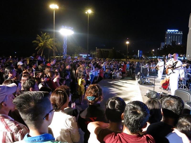 Đông đảo người dân và du khách thưởng thức buổi trình diễn âm nhạc đặc biệt ở công viên Biển Đông