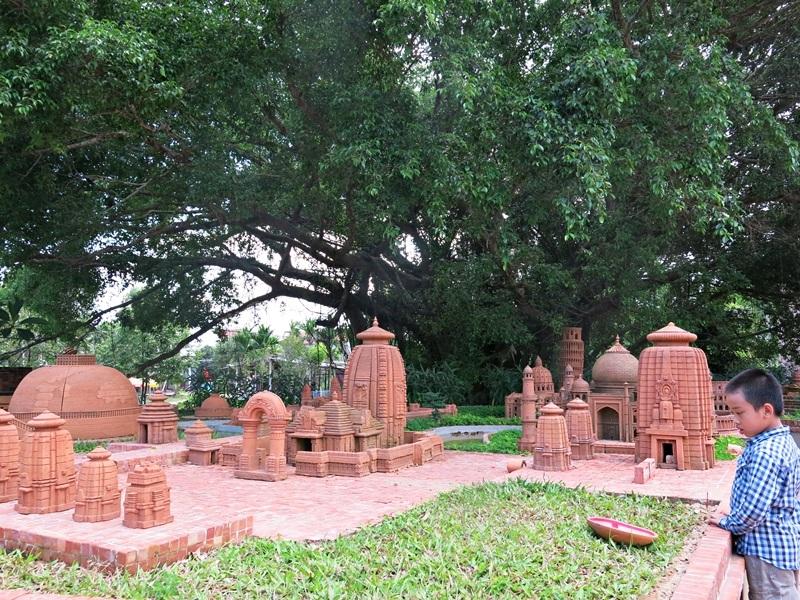 Sản phẩm của nghệ nhân cao tuổi nhất làng chính là chiếc bùng binh gắn liền với tuổi thơ làng gốm
