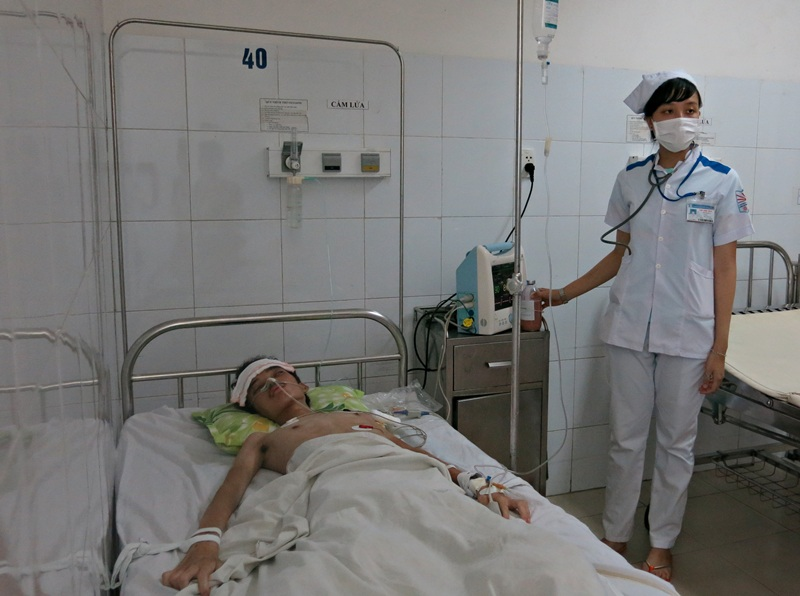 Chị Phạm Thị Xóa, mẹ bệnh nhân Đông bất lực trước bệnh tình của con vì gia cảnh quá khó khăn