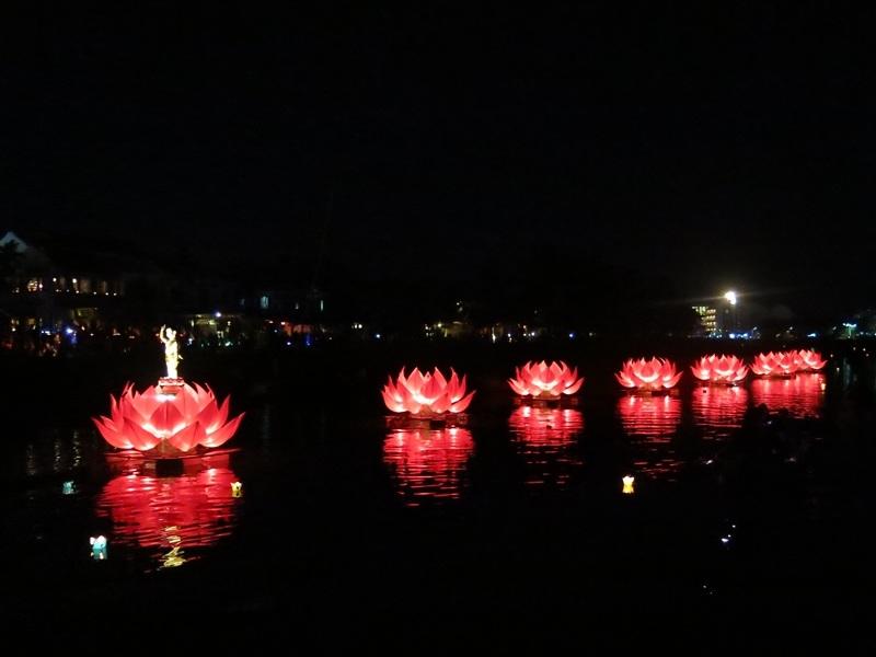 Bảy đóa sen trên sông Hoài tượng trưng cho mùa lễ Phật Đản