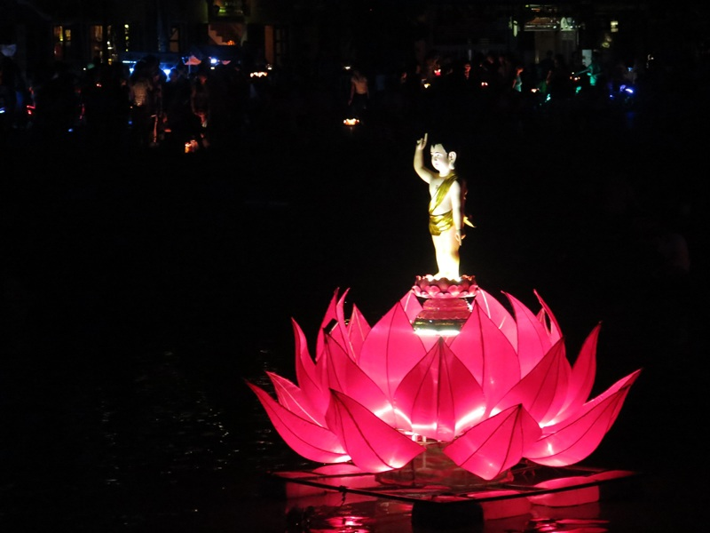 Đêm phố cổ rằm 14 tháng Tư âm lịch trong mùa lễ Phật Đản ở Hội An
