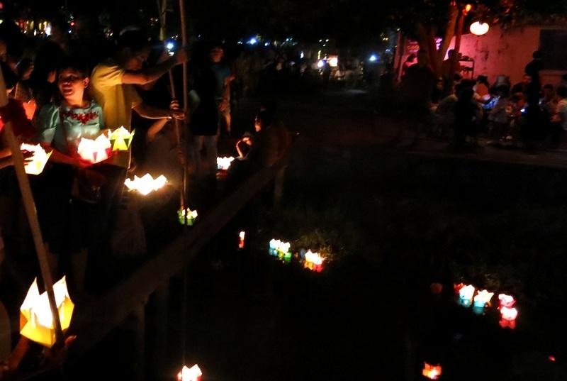 Thả hoa đăng cầu an trong lễ Phật Đản