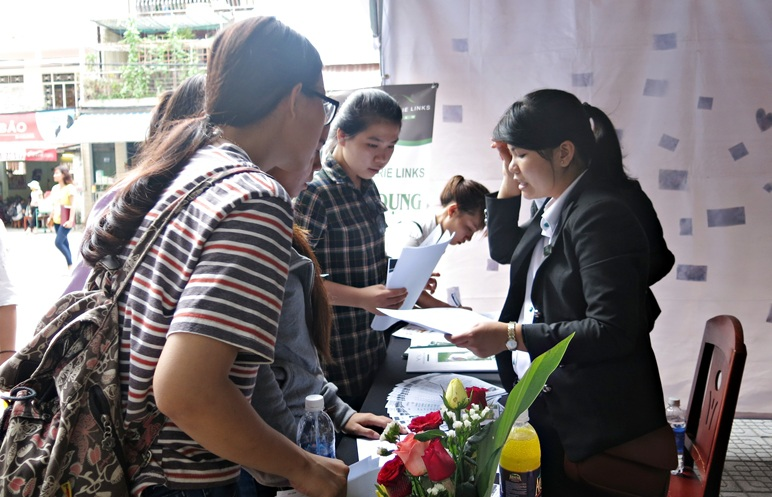 Sinh viên nghe tư vấn các kỹ năng nghiệp vụ tại Ngày hội