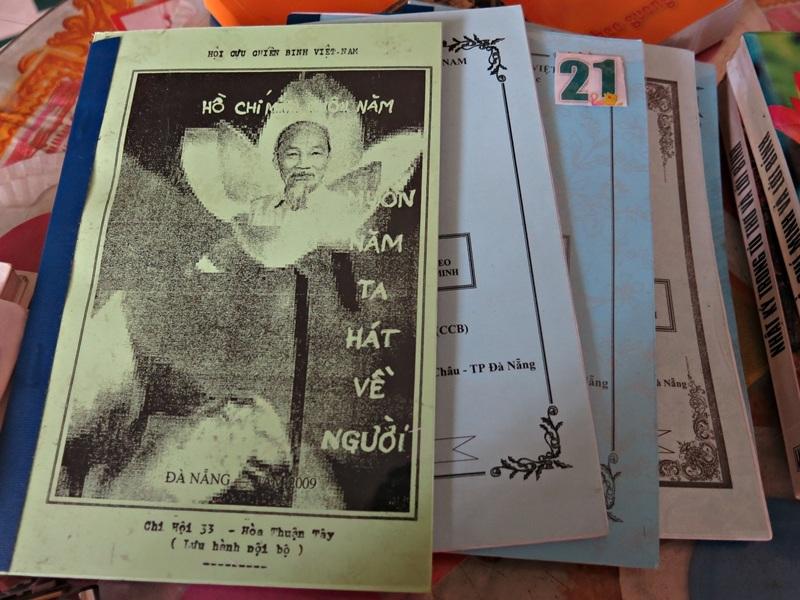 Mỗi năm, cụ Dân tập hợp những tư liệu cụ ghi chép được thành một quyển.