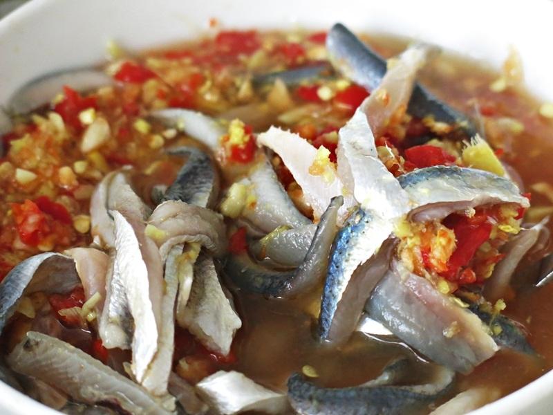 Nước mắm Nam Ô góp phần làm nên hương vị món gỏi cá ngon trứ danh ở làng ven biển Đà thành này